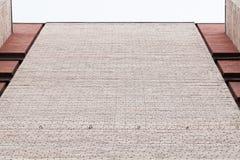 Städtisches Architekturfragment, graue Backsteinmauer Lizenzfreies Stockfoto