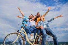 Städtisches Austauschen der Freiheit Fahrrad als Teil des Lebens Firmenstilvolle junge Leute geben Himmelhintergrund der Freizeit lizenzfreie stockfotografie