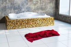 Städtisches Badezimmer mit Tuch lizenzfreie stockfotografie
