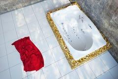 Städtisches Badezimmer mit Tuch lizenzfreie stockbilder