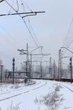 Städtisches Bahnsystem, Eisenbahnlinien im Schnee, Winterzeit Stockfotografie