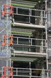 Städtisches Baustellebaugerüst, zum der Arbeitsmannschaft zu stützen Stockbilder