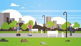 Städtisches des Parks Geschäftsmann-Frauenreiten-gyroscooter draußen gehendes Stadtgebäude-Straßenlaterne-Stadtbildkonzept vektor abbildung