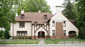 Städtisches Englisch Tudor Stucco Home Lizenzfreies Stockbild