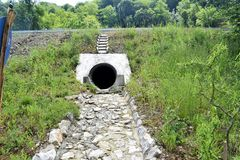 Städtisches Kanalisationsloch, städtische Abwasserrohre Lizenzfreies Stockfoto