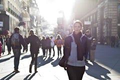 Städtisches Mädchen, das durch Stadtbereich schreitet Lizenzfreie Stockfotos