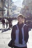 Städtisches Mädchen, das an einer Stadtstraße steht Stockfotografie