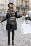 Städtisches Mädchen, das oben kauft und schaut Stockfotos