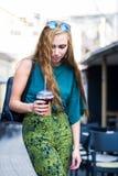 Städtisches Mädchen mit Kaffee auf der Straße stockbilder