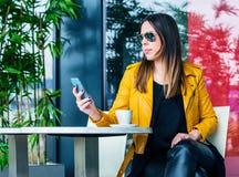 Städtisches Mädchen sitzen Stadtlebenkonzept des Cafés im im Freien lizenzfreie stockfotografie