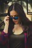 Städtisches Mädchenporträt mit Sonnenbrille in der Stadt Stockbilder