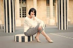 Städtisches Mode-Konzept Moderne Dame des Mädchens mit städtischem Architekturhintergrund der Pendelfrisur im Freien Frau modern stockbilder