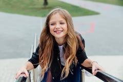 Städtisches Modeporträt einer Jugendlichen in der Straße am Geländer auf der Treppe Stockfoto