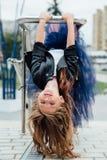 Städtisches Modeporträt einer Jugendlichen in der Straße am Geländer auf der Treppe Lizenzfreie Stockfotografie