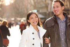 Städtisches modernes junges Fachleutepaargehen lizenzfreie stockfotos