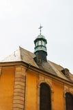 Städtisches ornated Kirchenkreuz auf Spitzenkirchendach Lizenzfreie Stockfotos