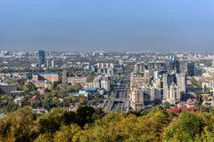 Städtisches Panorama in Almaty Stockbilder