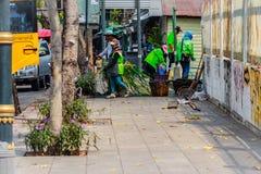 Städtisches Personal Bangkoks in der ausbaggernden Arbeit des Kanals, zum von vegetatio zu entleeren Stockbild