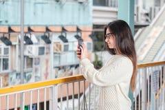 Städtisches Porträt der jungen Frau nahaufnahme lizenzfreie stockfotografie