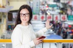 Städtisches Porträt der jungen Frau nahaufnahme stockbild
