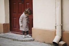 Städtisches Porträt des kleinen Mädchens Stockbild