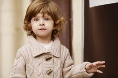 Städtisches Porträt des kleinen Mädchens Lizenzfreie Stockfotos