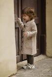 Städtisches Porträt des kleinen Mädchens Lizenzfreie Stockbilder