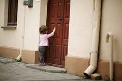Städtisches Porträt des kleinen Mädchens Stockfotos