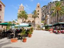 Städtisches Quadrat in Cefalu, Sizilien, Italien Lizenzfreies Stockfoto