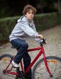 Städtisches Radfahren - Teenager und Fahrrad in der Stadt Stockbild