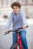 Städtisches Radfahren - Teenager und Fahrrad in der Stadt Stockbilder