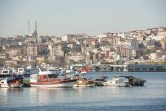 Städtisches Stadtbild auf großem Fluss mit Jachthafen Lizenzfreies Stockbild