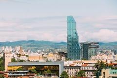 Städtisches Stadtbild Radisson Blu Hotel On Background Of von Tiflis, stockfotografie