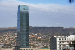 Städtisches Stadtbild Radisson Blu Hotel On Background Of von Tiflis, Georgia lizenzfreie stockfotografie