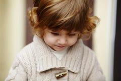 Städtisches stilvolles Porträt des kleinen Mädchens Stockfotos