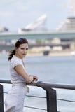 Städtisches weibliches im Freienportrait Stockfotos
