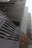 Städtisches Ziegelsteinwohnung Hausnummer fünf stockfotos