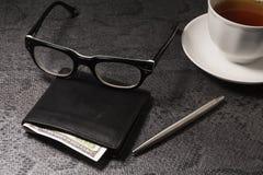 Ställ in affärsmannen Försilvra pennan, svart handväska på en gammal bakgrund Royaltyfri Foto