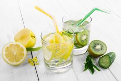 Ställ in av bantar drinkar, mineralvatten i ett exponeringsglas, den nya gröna kiwin, mintkaramellen och gurkan, citronen och det royaltyfri bild