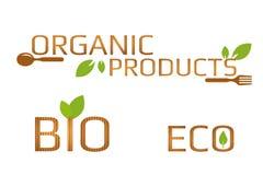 Ställ in av bio och organiska produkttecken för ecoen, med skeden och gaffeln för gröna sidor den bruna Trätexturbokstäver royaltyfri illustrationer
