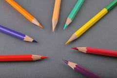 Ställ in av blyertspennor på en grå bakgrund royaltyfri fotografi
