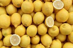 Ställ in av citroner i en marknad royaltyfri foto