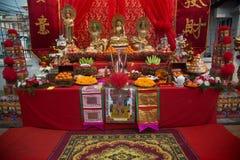 Ställ in av den kinesiska altaretabellen på gatan i stad under de kinesiska berömmarna för det nya året arkivfoto