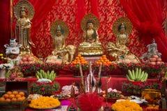 Ställ in av den kinesiska altaretabellen på gatan i stad under de kinesiska berömmarna för det nya året royaltyfri fotografi