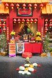 Ställ in av den kinesiska altaretabellen på gatan i stad under de kinesiska berömmarna för det nya året royaltyfri foto