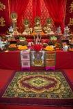 Ställ in av den kinesiska altaretabellen på gatan i stad under de kinesiska berömmarna för det nya året arkivbilder