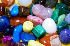 Ställ in av dendyrbara gemstonen Härliga gemstonesmineraler bild av closeupen för många halvädelstenar arkivfoto