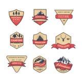 Ställ in av det isolerade berget och att campa, parkera tappning eller retro stil, emblemet, emblemet för någon logodesign eller  stock illustrationer