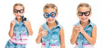 Ställ in av exponeringsglas för liten flickaholdindmaskeringen isolerat fotografering för bildbyråer