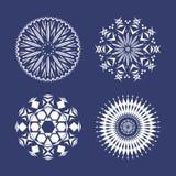 Ställ in av fyra vita snöflingor royaltyfri illustrationer